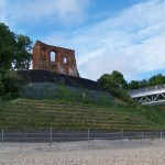 Ruiny kościoła i plaża w Trzęsaczu